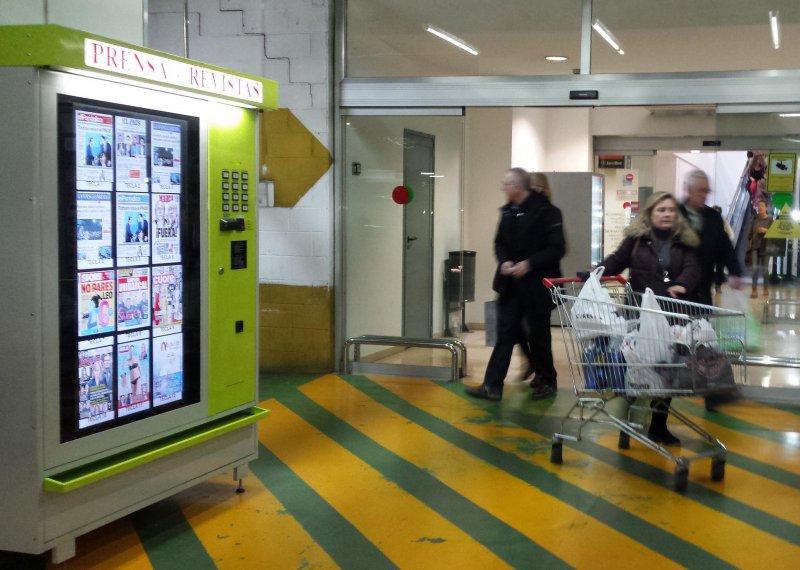 Innovadora máquina vending con gran pantalla digital para emisión publicidad
