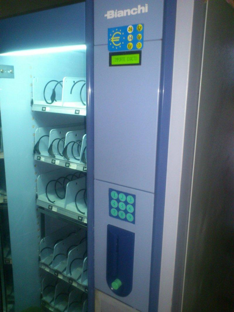 Máquina expendedora de snacks y refrescos