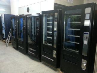 Expendedora vending de snacks y bebidas frias